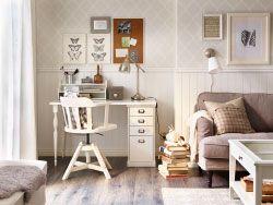 Espace réservé au salon à un bureau avec chaise pivotante en blanc