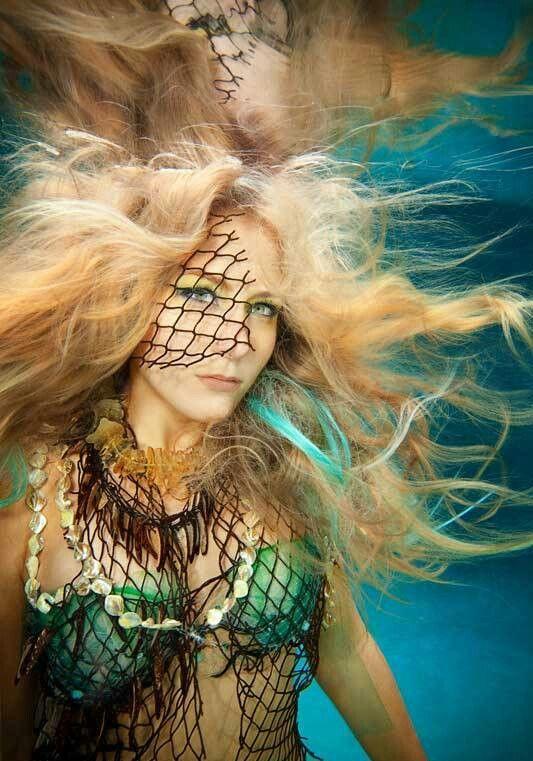 Chica hermosa debajo del agua