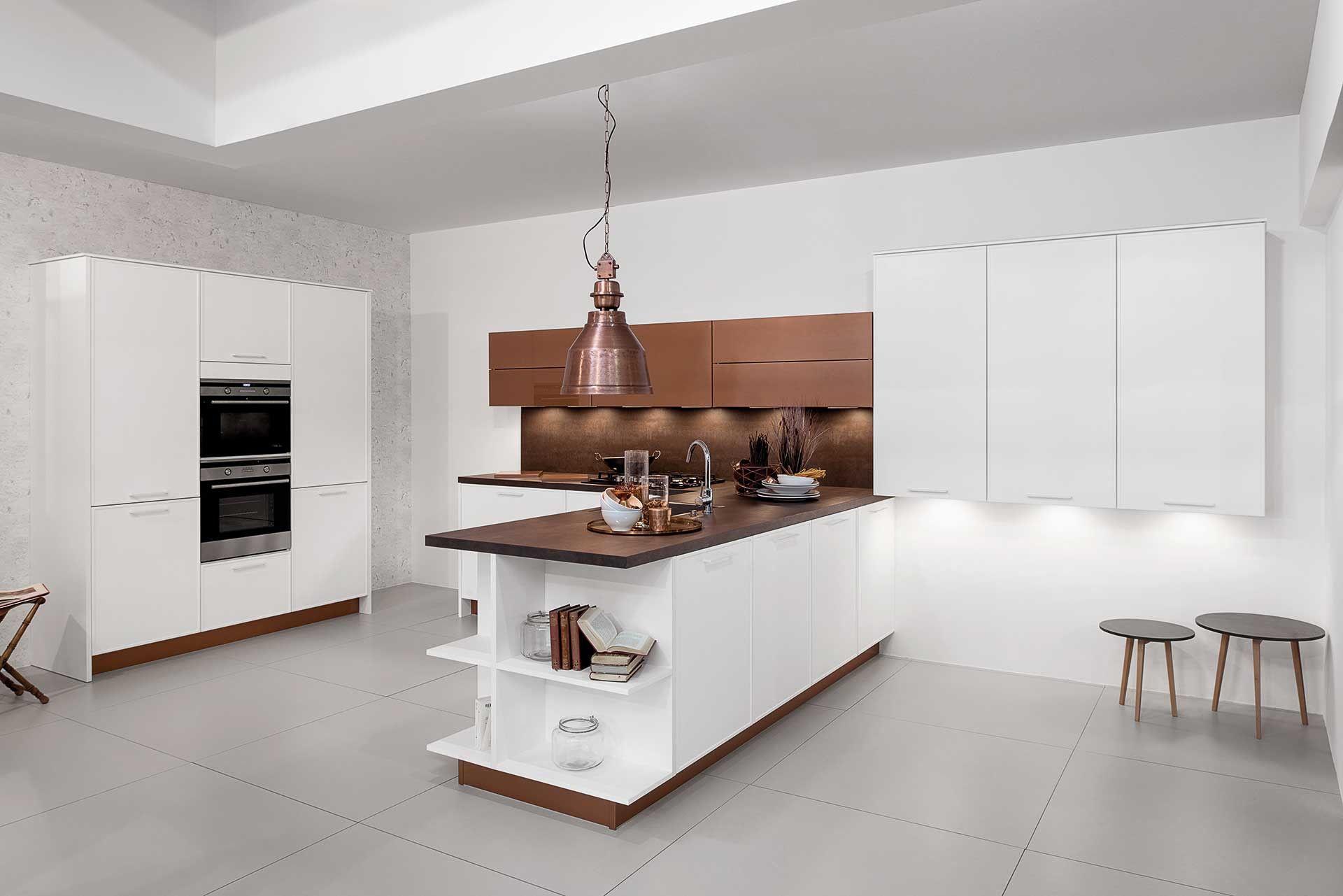 Moderne Witte Keukens : Witte keuken met bronzen accenten. deze moderne witte keuken krijgt
