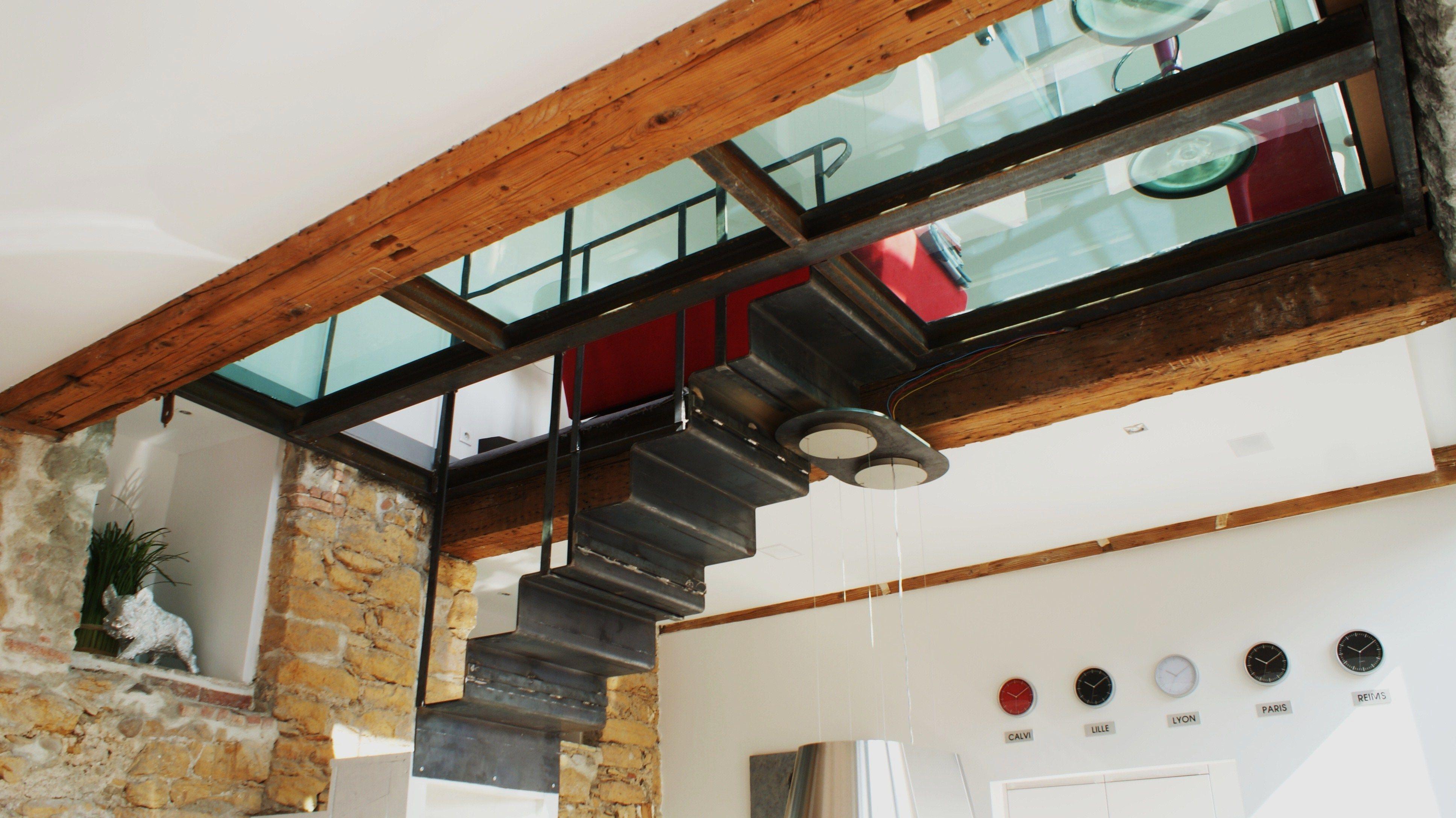 Escaliers pour un loft en métal plié aérien, et contemporain