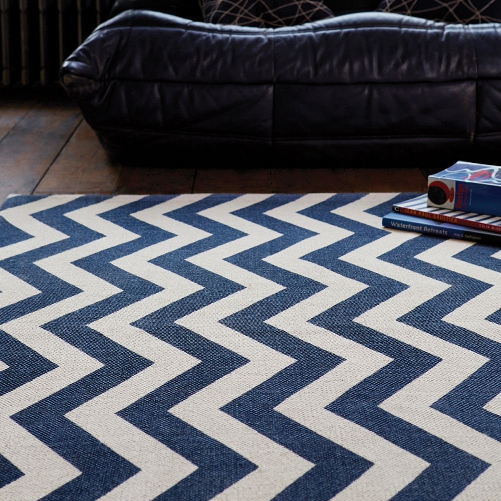 tapis motifs zig zag g om triques bleu et blanc fabriqu en inde et tiss la main apportera. Black Bedroom Furniture Sets. Home Design Ideas
