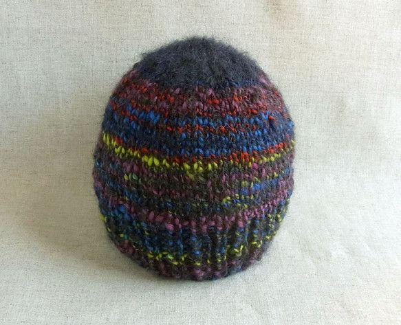 手紡ぎ糸で編んだ、ニット帽です。濃紺をベースに、たくさんの色がMixされた面白い色合いです。アルパカやモヘアにメリノウールが混ざっていますので、柔らかくて軽く...|ハンドメイド、手作り、手仕事品の通販・販売・購入ならCreema。