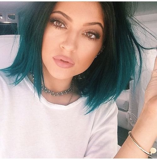 HER MAKEUP IS EVERYTHING. Could use Wet n' Wild Bebot Love, MAC Velvet Teddy or Revlon Mauve It Over for lips