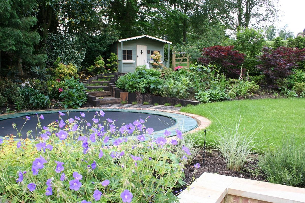 Bodentrampolin Im Garten Landhaus Aussenbereich Einlassen Inground Abschussiger Garten Kinderfreundlicher Garten Zeitgenossischer Garten
