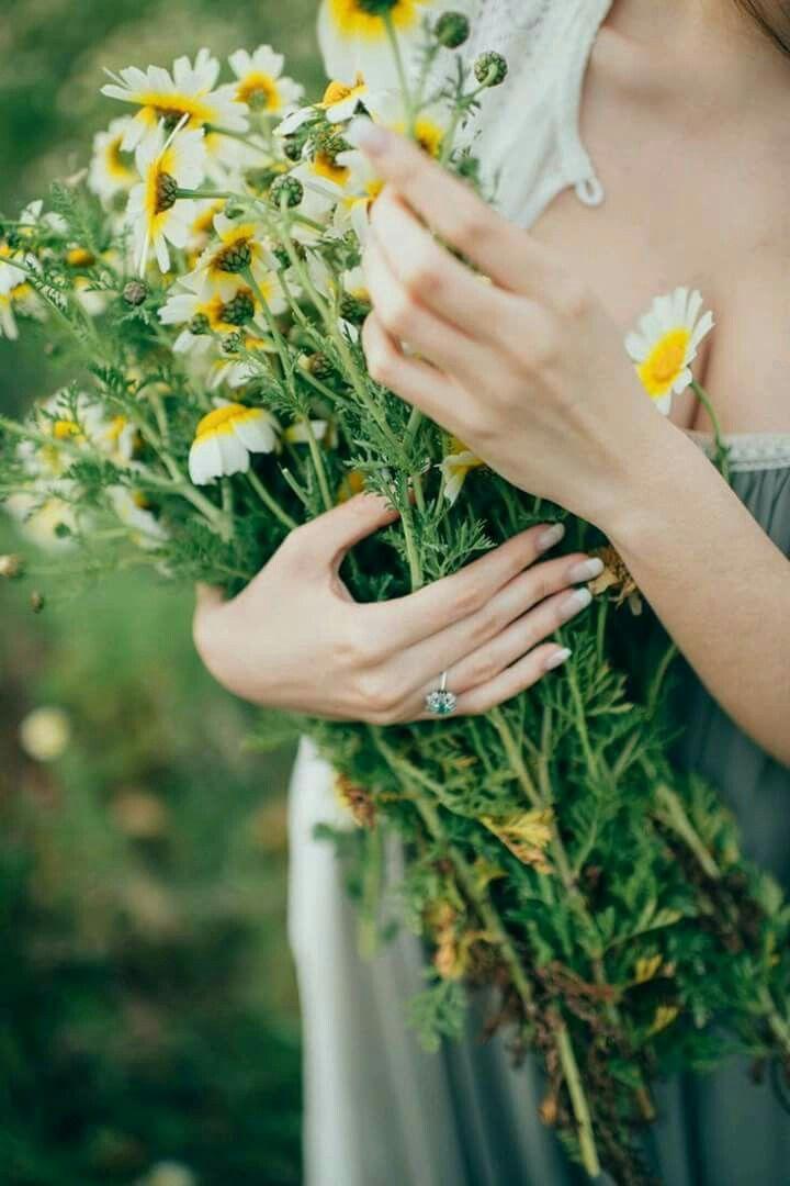 собою фото женская рука с цветами над фильмом