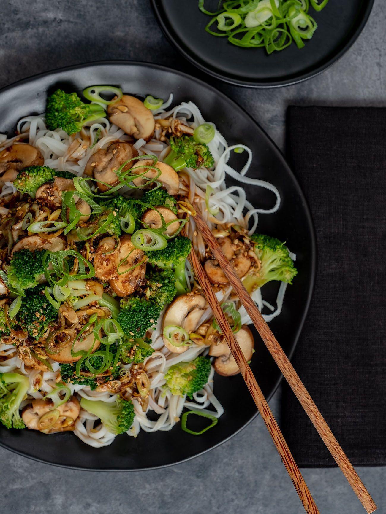 Rezept: Champignon-Brokkoli-Pfanne auf Reisnudeln #vejetaryentarifleri