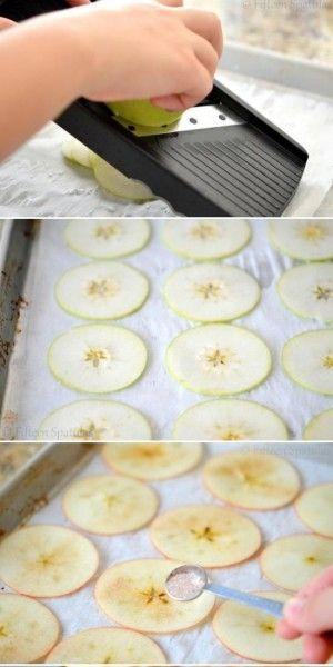 Maak appel kaneel chips door een appel in plakjes te schaven, te bestrooien met suiker en kaneel en vervolgens te bakken op 225ºC voor een uur. Met de mandoline van Kyocera is het schaven heel eenvoudig!