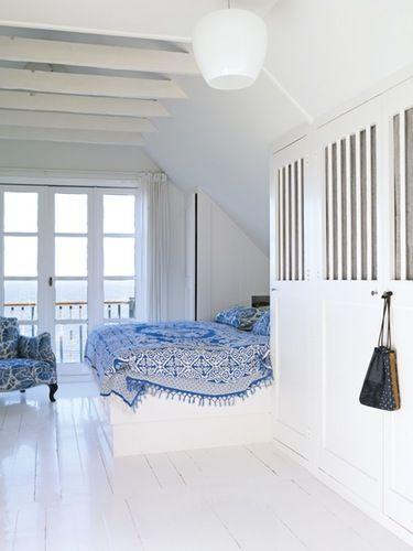 Udnyt dine skråvægge til indbyggede skabe med et indhak til din seng ...