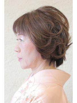 ショート 色留袖のヘアスタイル ヘアアレンジ 髪型一覧 200万点以上の写真から 大人かわいい など注目スタイル別に髪型 を紹介しています フロント サイド バックの写真からあなたにピッタリの髪型が見つかります 10代 20代 30代 40代におすすめです 髪の長