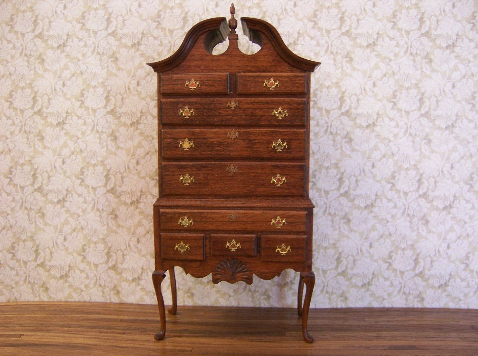 Duncan Phyfe chest of drawers. Antique style. I like it, it adds to