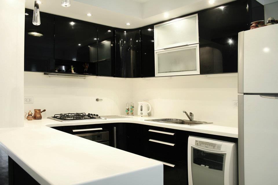Cocina en blanco y negro. Muebles laqueados brillante. Mesada y ...