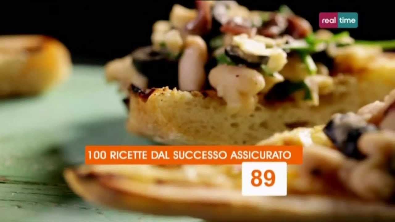 Cucina con Ramsay # 89:  Crostini con cannellini, acciughe e olive I cannellini hanno un sapore molto blando, quindi hanno bisogno di un certo supporto. In questa ricetta, le acciughe cedono ai fagioli la loro nota salata, le olive quella amara, l'olio una vena di dolcezza e l'aceto una punta acidula. I quattro sapori principali riuniti su una sola fetta di pane...