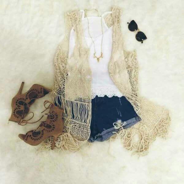 Shorts vaqueros, top blanco ,chaleco crochet y botines