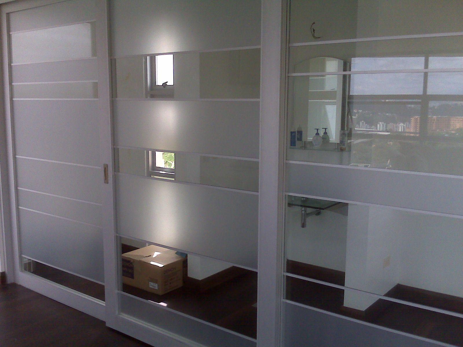 Separador de ambientes con puerta corredera de aluminio for Puertas de aluminio blanco
