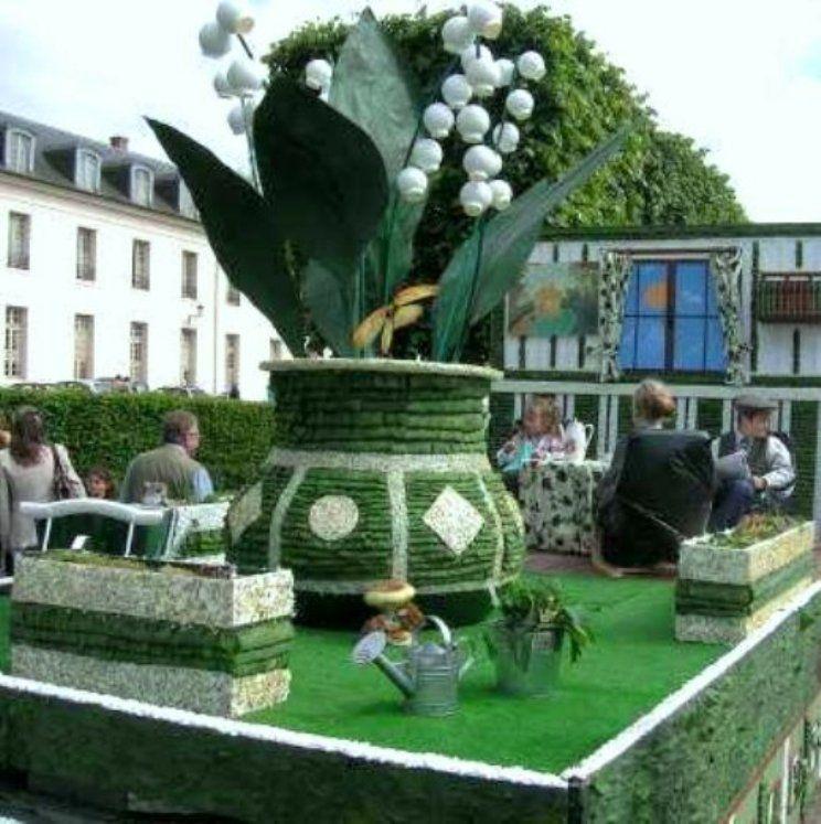 Le 1er Mai Les Gens S Offrent Un Joli Petit Brin De Muguet C Est