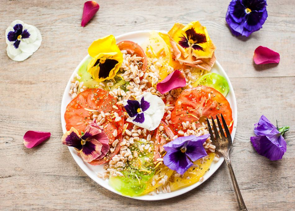 Tomato salad with flowers, za'atar and farro - Tomato and flowers salad