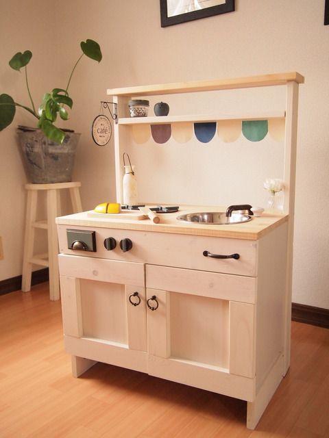 キッチンを手作りして子供と一緒におままごとで遊びませんか 包丁セットなどのキッチン小物は100円ショップでも手に入りますが 市販のキッチン セットは高価で手を出しにくい そんな時はカラーボックスを使って手作りしましょう このほかにもアイディア満載のこだわり