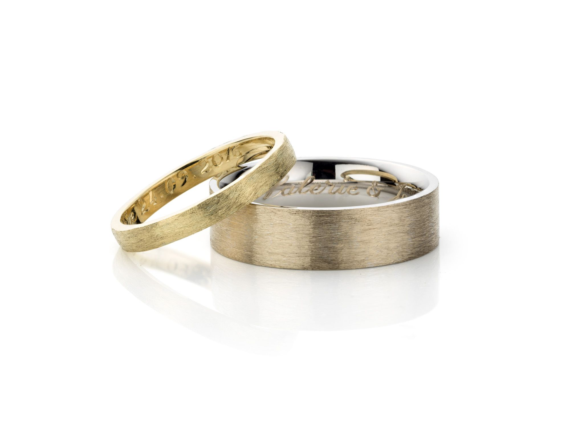 Weddingrings, White and yellow gold 18kt., raw structuren