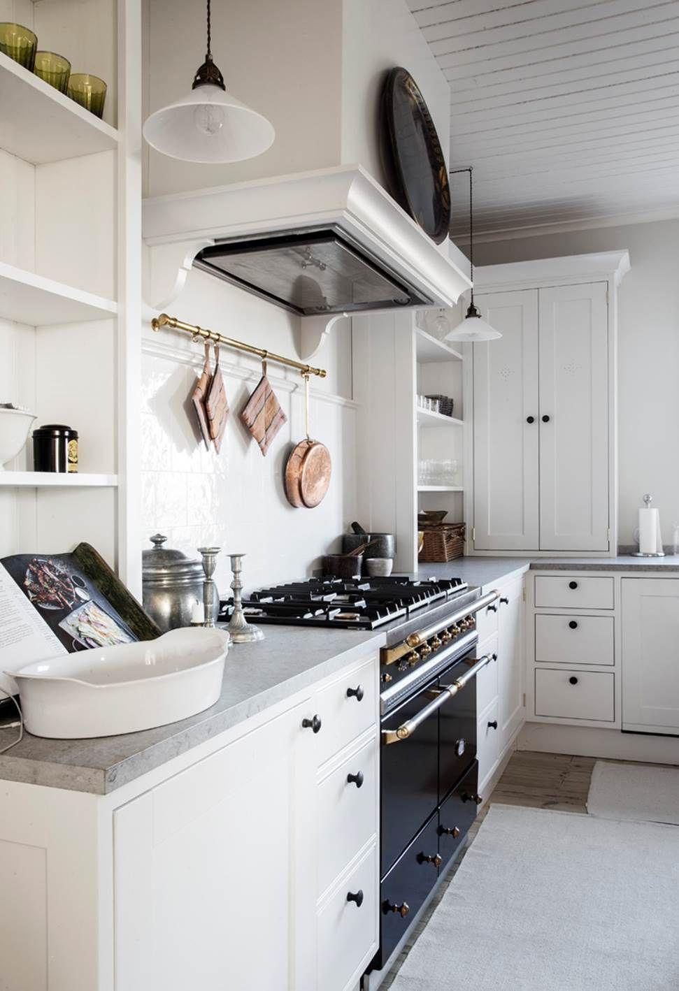 Inredning billiga bänkskivor : Vit grÃ¥ kök med gashäll, bänkskiva i kvartskomposit. www.nerostein ...