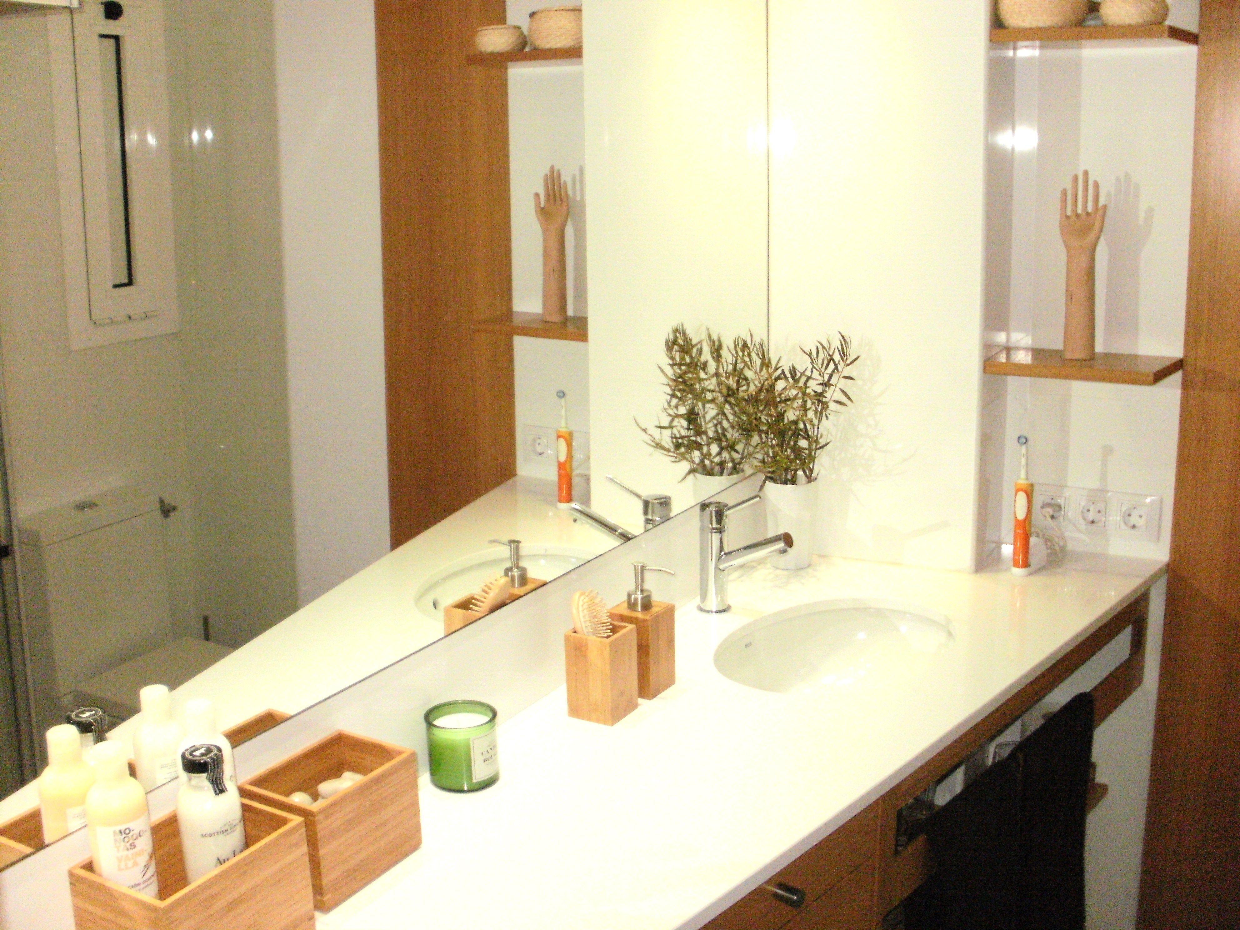 Detalles como ramos, cajas y velas llenan de vida al baño