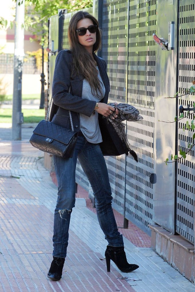 Any given day outfits  Sara Carbonero saliendo de casa - C  858bddf34a9