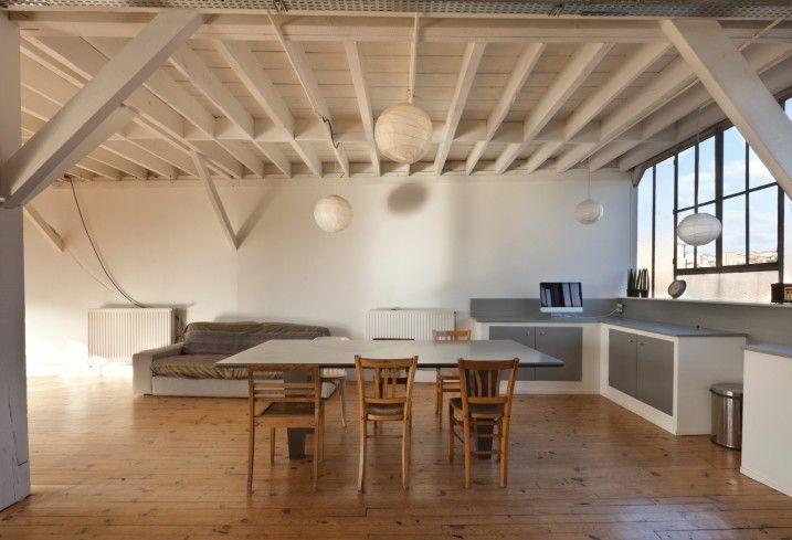 Industrielle Küche im Hause mit Hängelampen und freiliegenden Balken ...