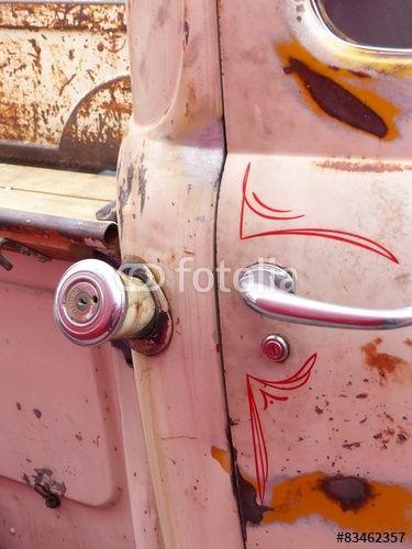 Alter amerikanischer Ford Pickup mit roter Verzierung und Patina aus dem Amerika der Fünfziger Jahre