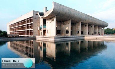 Este edifício monumental com concreto aparente foi erguido no entorno aberto e vasto de Chandigarh. Projetado pelo arquiteto Le Corbusier, o prédio está localizado na Índia e possui um design inusitado, chamando a atenção de quem passa.