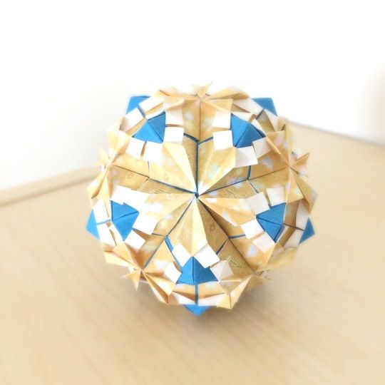 Petal Sonobe designed by Tomoko Fuse |instructions | folded byThis design never gets old.