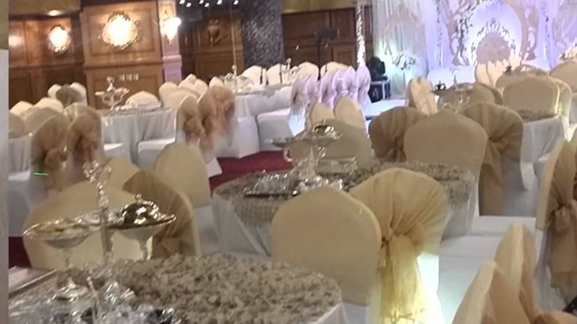 قاعة كوينز فندق النباريبس الماسي موقع افراحكم Table Decorations Decor Home Decor