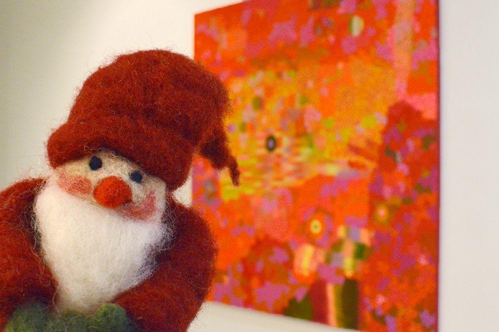 Luukku 4: Tonttu hiipi hiljaa taidemuseolla, hän katseli taidetta mielenkiinnolla. On monenlaista väriä näyttelyssä tuossa, se pirteäksi mielen tekee jouluhulinoissa.