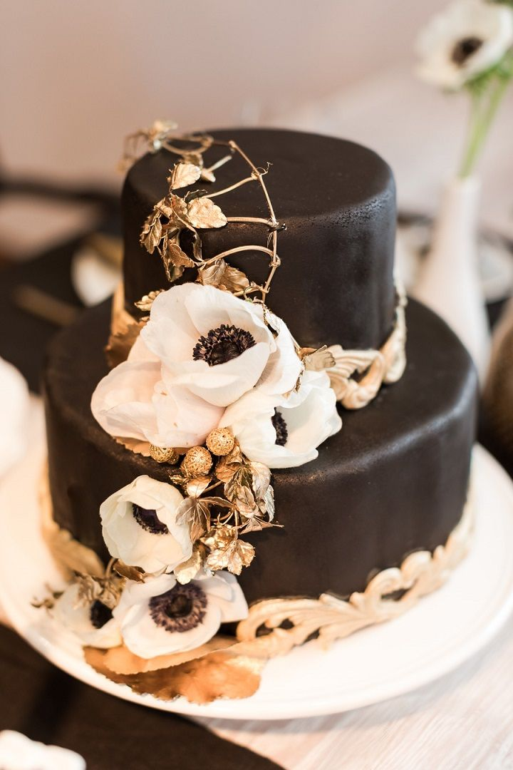 Black gold and white wedding cake | fabmood.com #weddingcake #blackgold #blackgoldcake #cakes #modernwedding