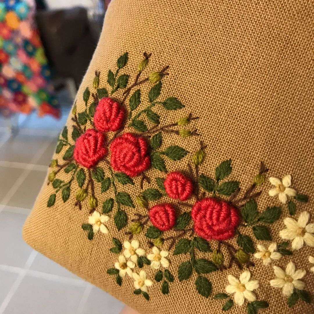 #hendmade #embroidery #자수타그램 #프랑스자수 #stitch #장미자수 #프레임파우치 #린넨가방 오늘은 빨강이 컨셉~^^ #리투아니아린넨 #리투아니아리넨스커트