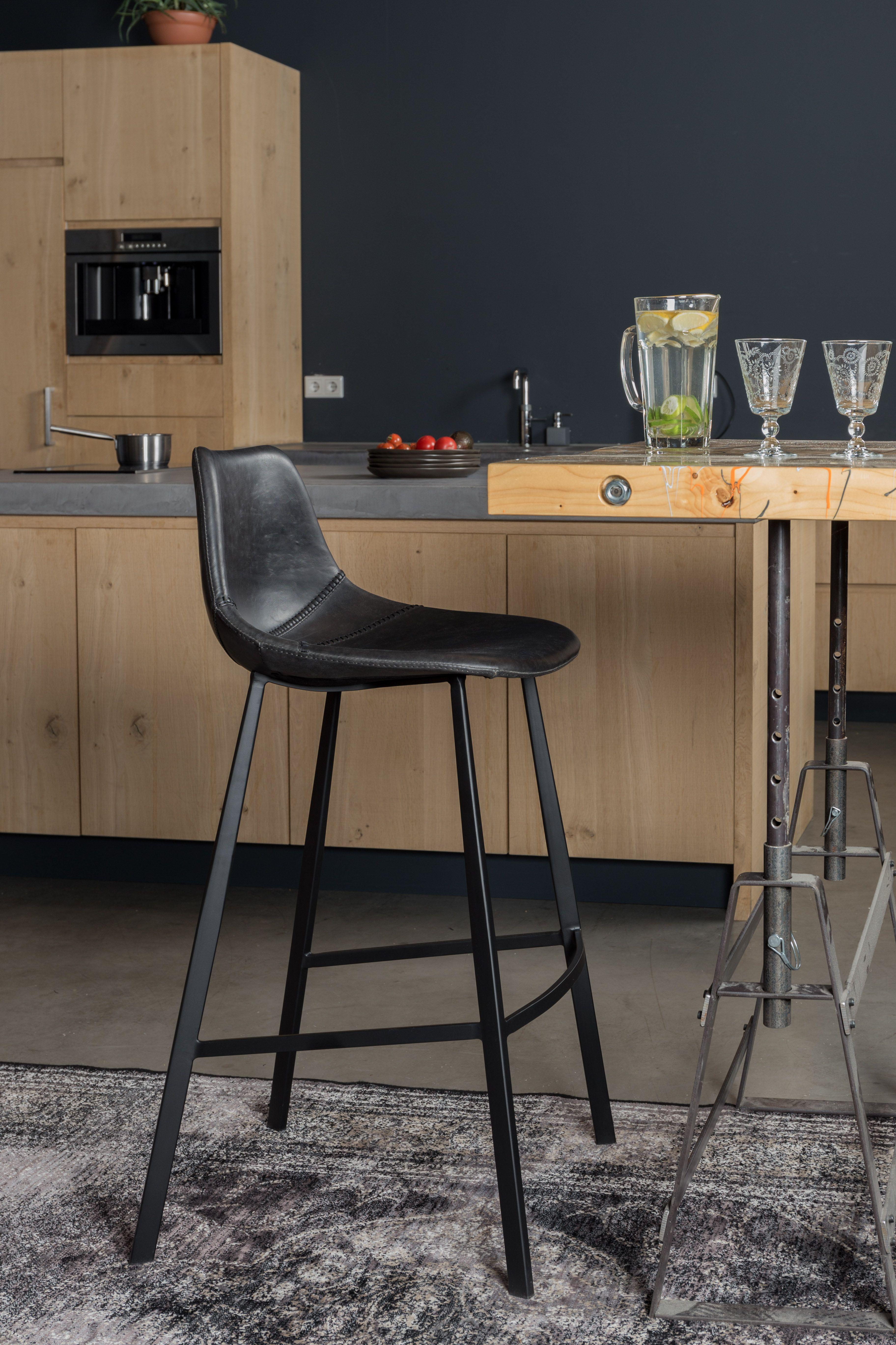 Enkel og elegant sort barstol fra Dutchbone med fodhviler. Franky barstolen er fremstillet i kunstlæder. http://unoliving.com/dutchbone-franky-barstol-sort