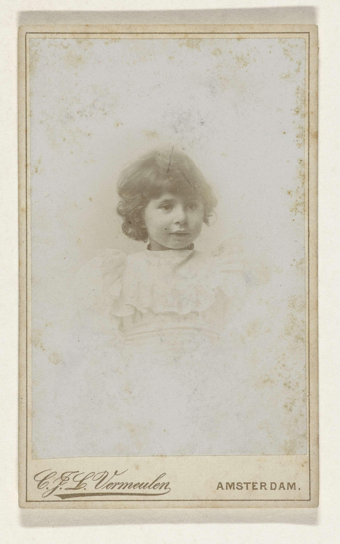 Cornelis Johannes Lodewicus Vermeulen | Studioportret van een jong meisje, Cornelis Johannes Lodewicus Vermeulen, 1890 - 1915 |