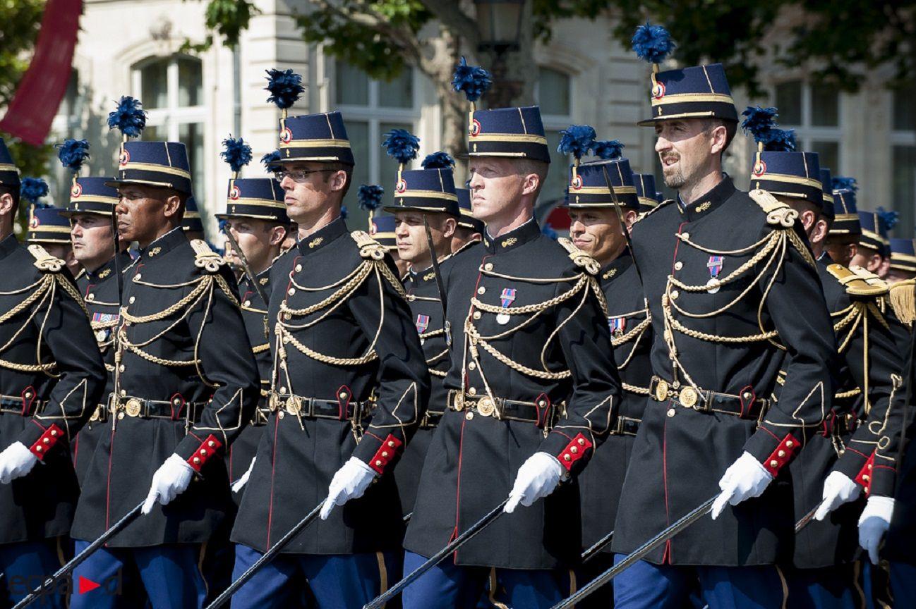 el u00e8ves-officiers de gendarmerie en tenue de c u00e9r u00e9monie  14 juillet