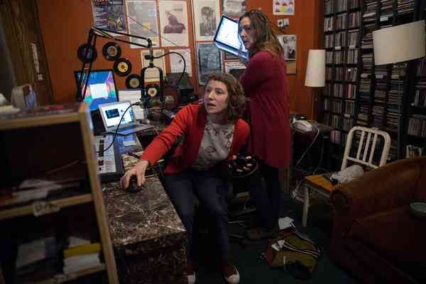 how to become a radio newsreader
