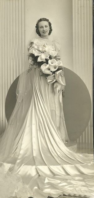 Vintage bride with gorgeous and elegant calla lilies bridal bouquet