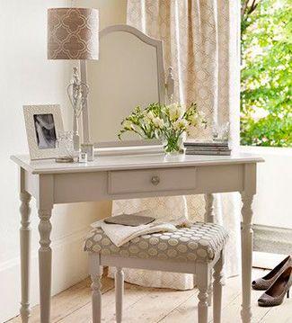 Los taburetes y banquetas son ideales para el tocador, ya que cuando no se utilizan se pueden poner debajo del mueble y así mantener más sensación de amplitud