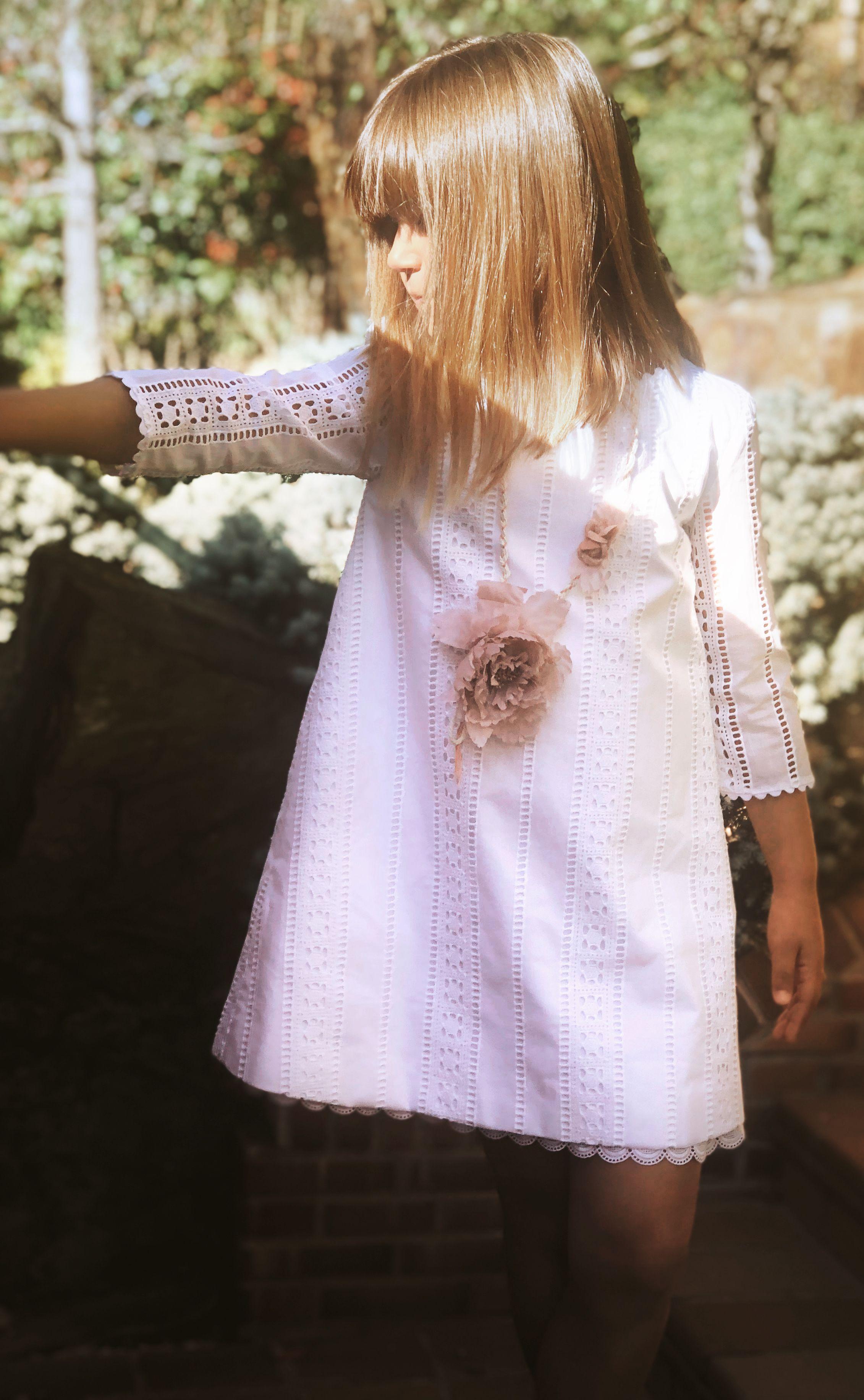 57928b6db Vestido para niña de la Colección Algodón de corte evasé confeccionado con  algodón perforado en color
