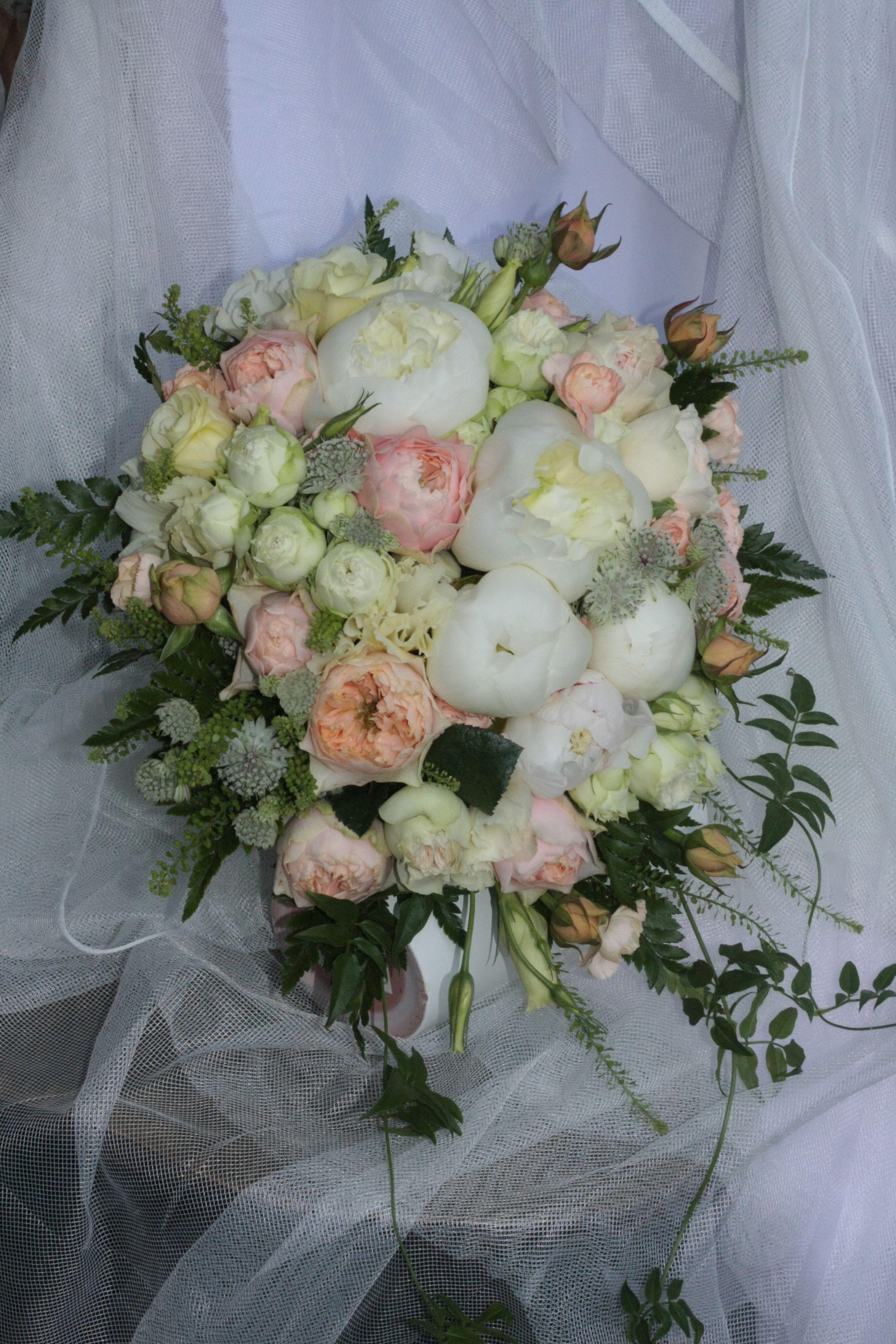 Bukiet Slubny Kremowo Brzoskwiniowy Roze Angielskie Eustoma Mini Gozdziki Piwonie Floral Wreath Floral Wreaths