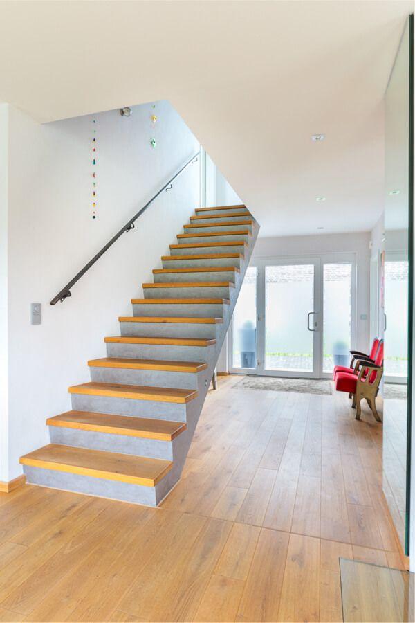 Treppe Innen Minimalistisch Mit Beton U0026 Holz Stufen   Innenarchitektur ECO  Haus Stadtvilla Flensburg Massivhaus   HausbauDirekt.de
