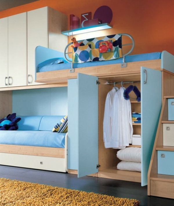 jugendzimmer mit einem hochbett und einem sofa blau und orange. Black Bedroom Furniture Sets. Home Design Ideas