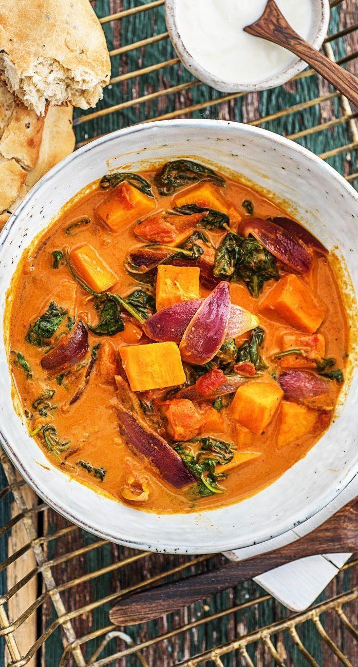 Indisches Süßkartoffel-Korma-Curry mit Spinat, Kokosmilch und Naan-Brot   - CURRY Recipes -