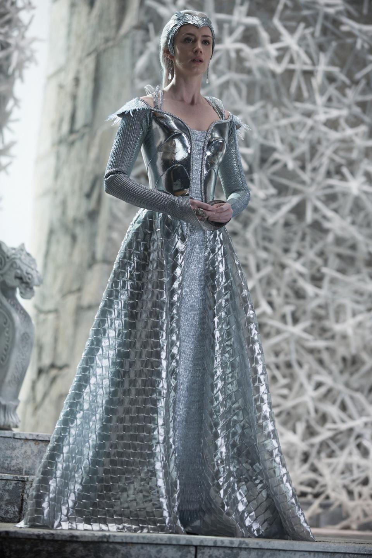 Emily blunt as freya in the huntsman winter 39 s war - Robe reine des glaces ...