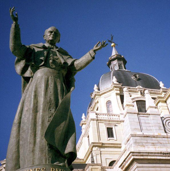 Monumento a San Juan Pablo II en la Catedral de la Almudena MADRID