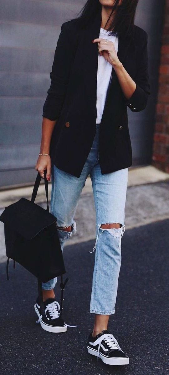 70 Fashionable Minimalist Street Style That You Must Try. Distressed boyfriend jeans, white tee, black blazer, sneakers. Street style, street fashion,…