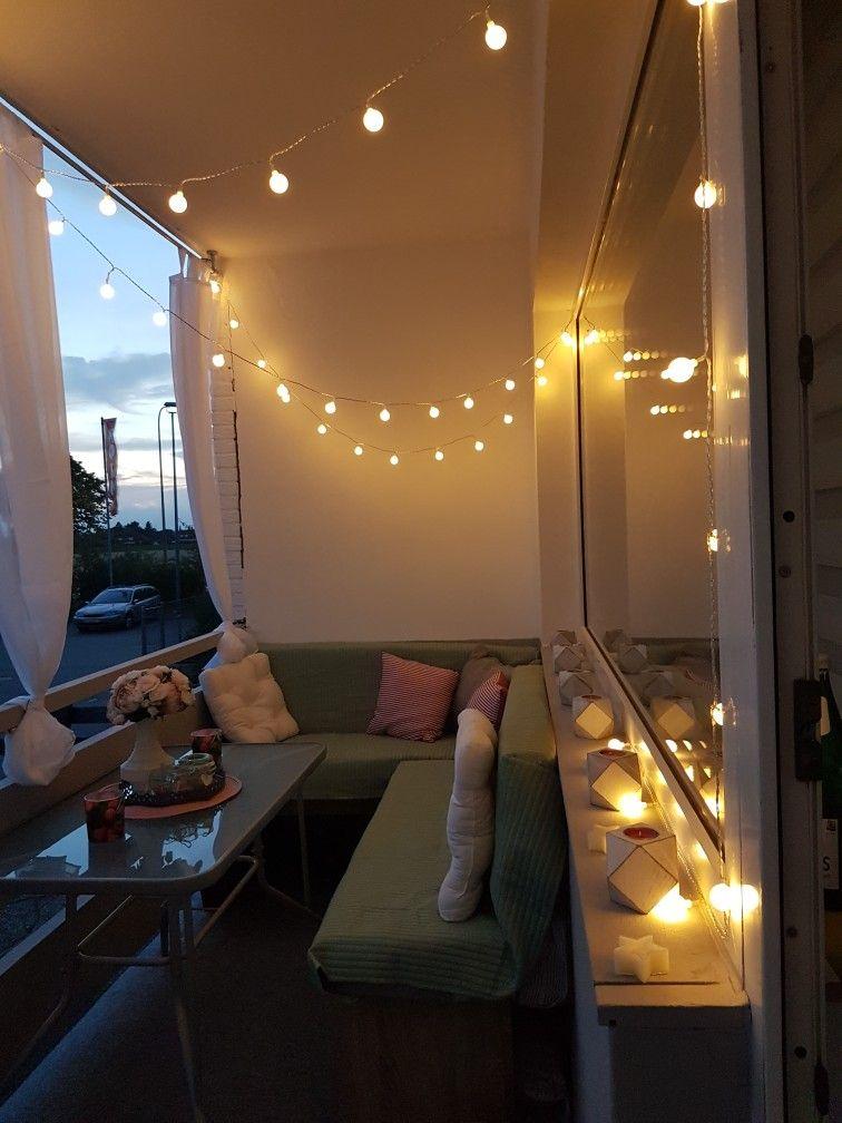 Balkon beleuchtet mit Lichterkette. Schöne Eckbank als Sitzecke. Als Deko Sonnenschutz und Insektenschutz haben wir weiße transparente Gardinen angebracht.