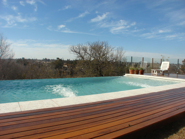 piscina - desborde infinito - deck de madera - arquitectura