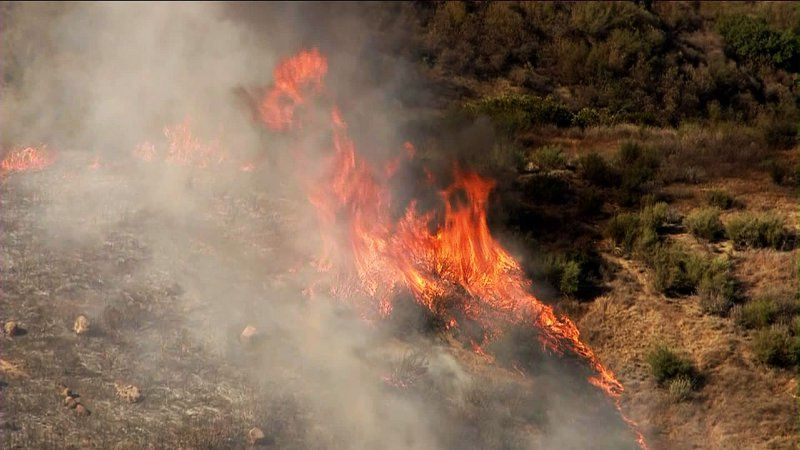 L A County Firefighters Battling 1 000 Acre Wildfire Near Castaic Lake Castaic Lake